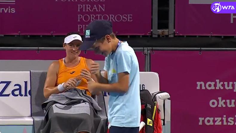 Ce ramasseur de balles a bien fait rire Tamara Zidansek en faisant le show lors d'un changement de côté au tournoi WTA de Portoroz 2021.