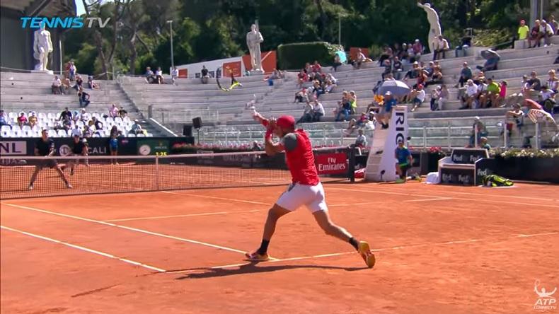 La raquette de Robert Farah se coupe en deux sur un retour au Masters de Rome 2018.