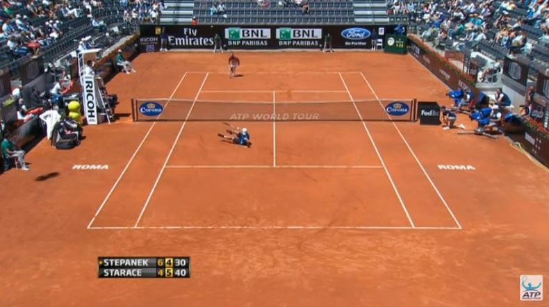 Potito Starace est au sol mais cette balle de set monumentale est loin d'être finie.