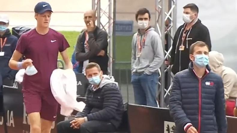 Jannik Sinner revient des toilettes au tournoi de Lyon 2021.