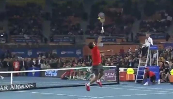 Un smash exceptionnel de Roger Federer à l'IPTL 2014.