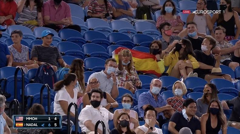 Cette spectatrice fissure et fait un doigt d'honneur à Rafael Nadal à l'Open d'Australie 2021.