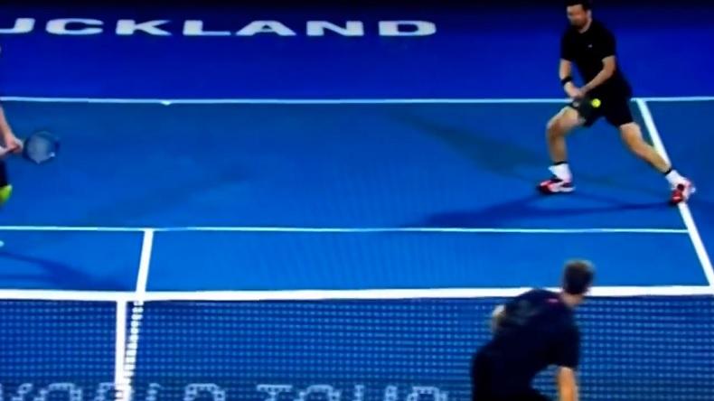 Un smash droit dans les parties lors du tournoi de double d'Auckland 2016. Ouch !