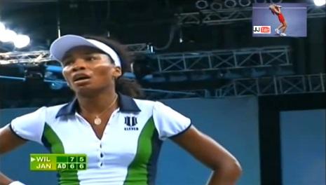 Venus Williams doit reprendre sa respiration après un rallye intense contre Jelena Jankovic à Stuttgart en 2008.