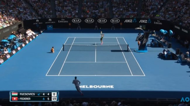 Federer - Fucsovics : un point improbable et un coup dans le dos de Roger (OA 2018)