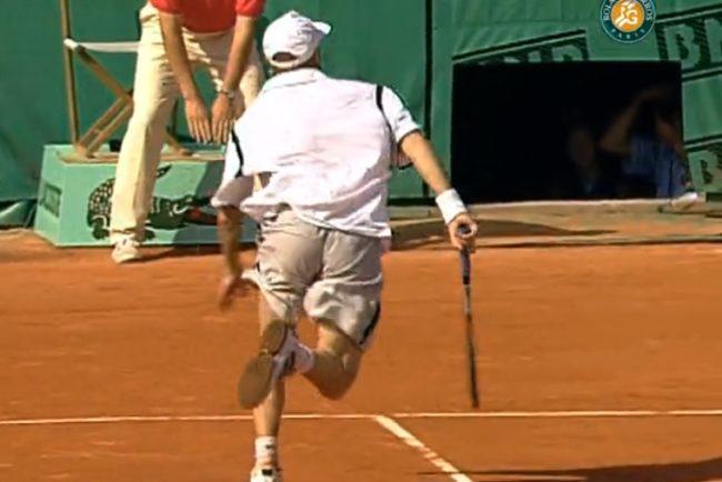 Le légendaire coup entre les jambes d'Andre Agassi (Roland-Garros 1999)